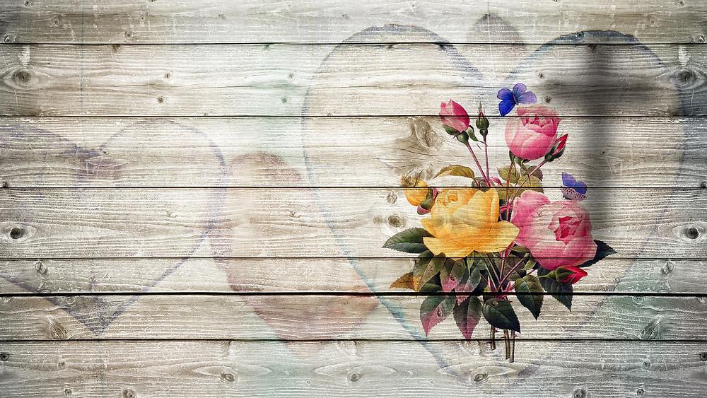 Un bouquet de fleurs sur une palissade avec des cœurs