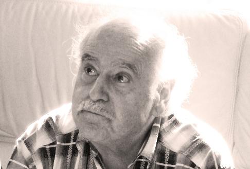 Photo de Léon, homme de quatre-vingts ans, chemise à carreaux, regard tourné vers le ciel à droite