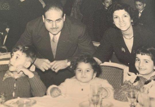 Image en noir et blanc représentant Léon et Jeanne derrière les chaises ont sont  installés leurs trois enfants