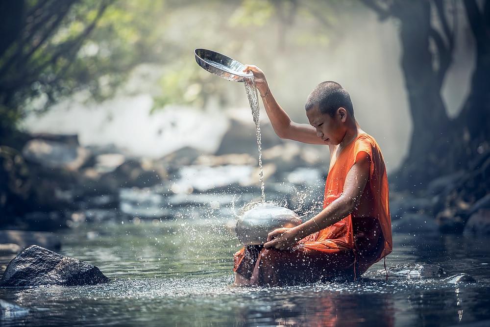 ancient, image d'un enfant en tenue bouddhiste au bord d'une rivière