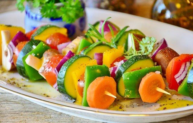 Brochettes de légumes sur plat blanc ovale