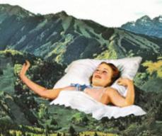 Une femme installe son lit sur une forêt au pied des montagnes