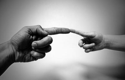 L'union de deux index: celui d'un enfant et celui d'un adulte