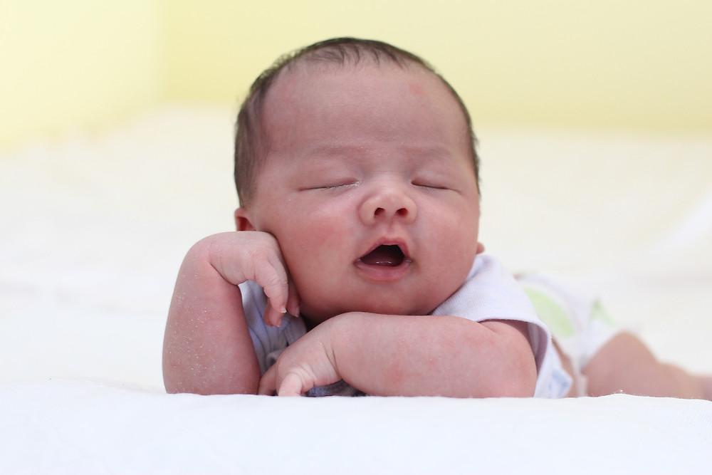 Bébé sur le ventre dort la bouche ouverte