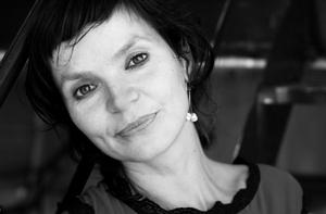 Portrait en noir et blanc de l'auteure Anaïs Barbeau-Lavalette