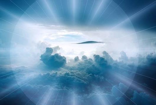 Ciel et  nuages dans halo de lumière