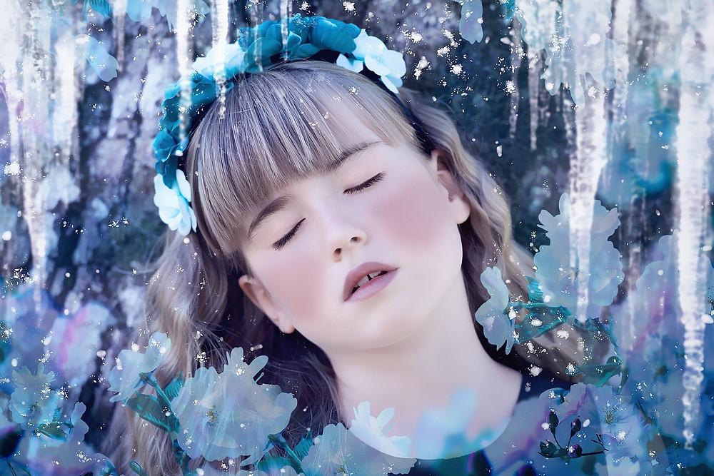 Visage de fille les yeux fermés à travers la glace