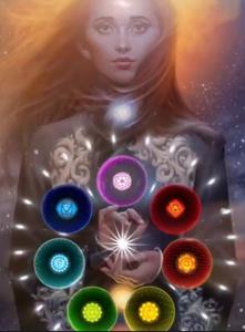 Femme avec les lumières des sept chakras en cercle