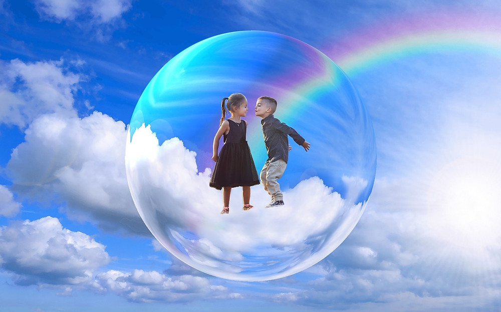 Deux enfants, un garçon et une fille dans une bulle au milieu du ciel avec arc-en-ciel