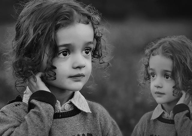Une petite fille et son reflet en noir et blanc