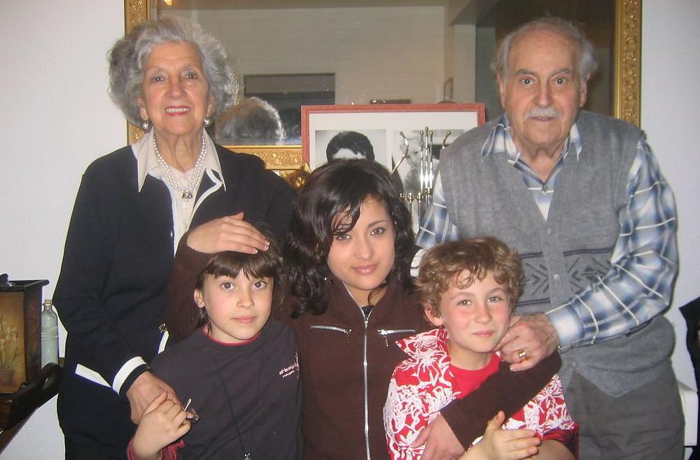 Photo de Léon et Jeanne avec trois de leurs petits-enfants