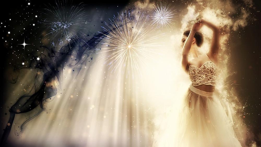 Femme dansant sur fond de ciel étoilé et de feux d'artifice