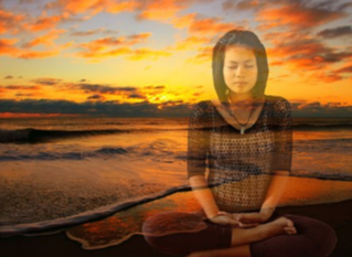En filigrane, une jeune femme en position du lotus sur fond de soleil couchant
