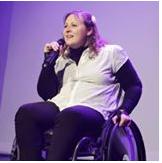 Isabelle Dargent au micro et en fauteuil