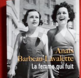 """Couverture du roman en livre de poche, """" La femme qui fuit """" de Anaïs Barbeau-Lavalette"""