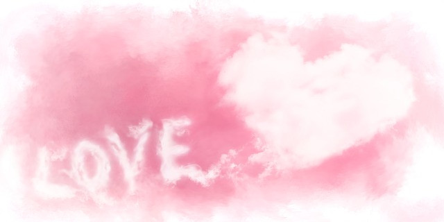 Sur fond rose LOVE écrit en blanc avec coeur