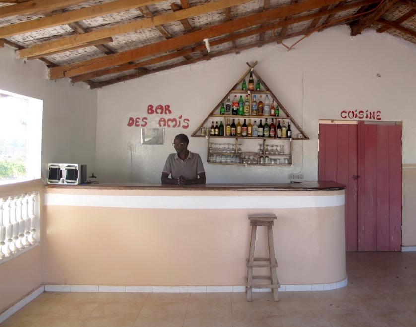 Le bar dans la salle de restauration au campement Lew Lewal