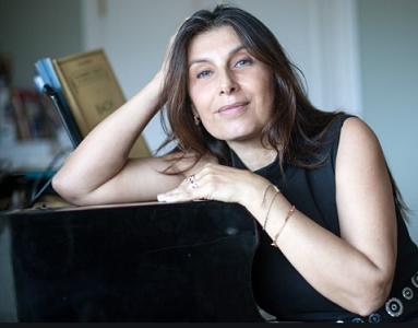Béatrice Thiriet, compositrice accoudée à son piano