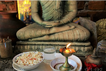 Offrandes devant la statue de Bouddha