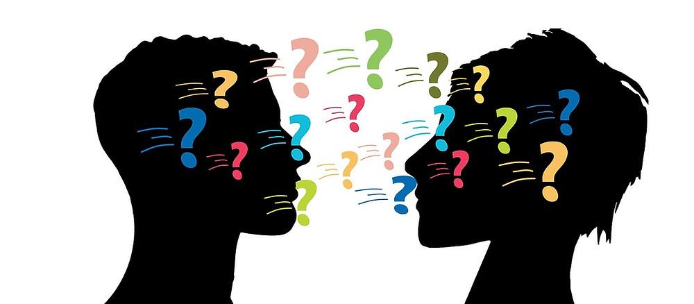 deux visages de profil en face à face, entre eux des points d'interrogation de couleur