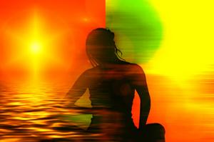 Silhouette de femme sur fond de couleurs séparé en deux