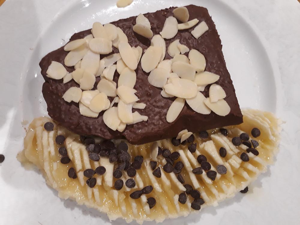 Gâteau au chocolat et graines de chia avec demi banane et pépites de chocolat