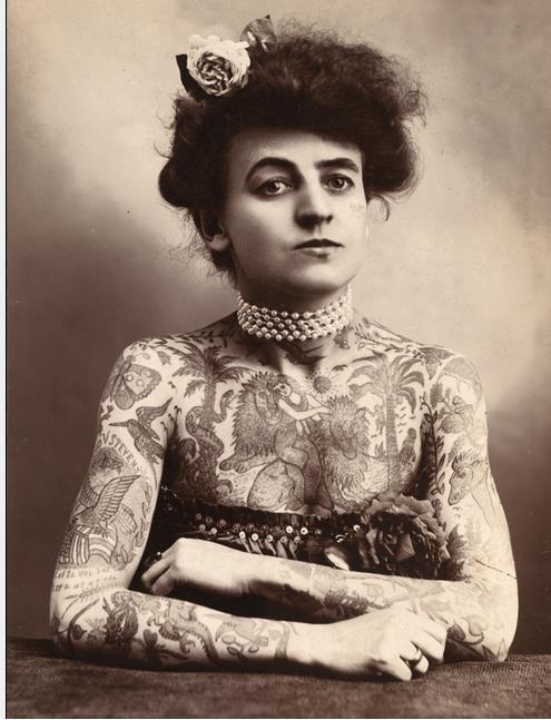 Portrait en noir et blanc de Maud Steens Wagner, la femme entièrement tatouée