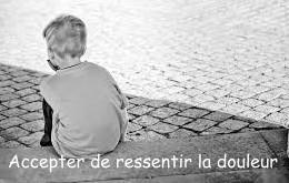 Un enfant de dos contemple les pavés: accepter de ressentir la douleur