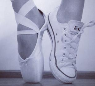 Deux pieds font les pointes, l'un porte un chausson de danse et l'autre une basket