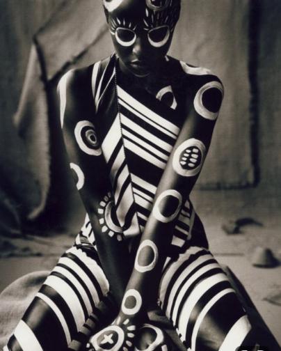 Femme noire recouverte de lignes et de cercles blancs