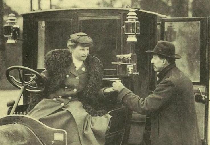 Mme Decourcelle encaisse la course de son taxi d'un client