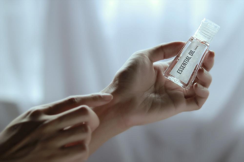 Application d'huile essentielle au creux du poignet