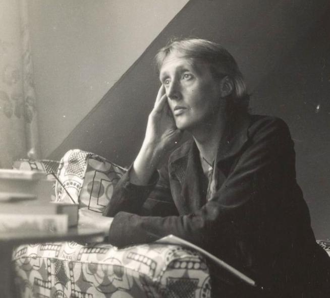 Virginia Woolf accoudée au rebord d'une fenêtre de la maison de Monk