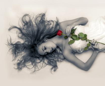 femme allongée; cheveux étalés au sol