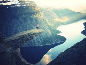 Marcher dans la beauté incroyable de la nature