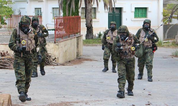 Personal del Ejército pertrechado con el equipo de protección individual para ambiente NBQR