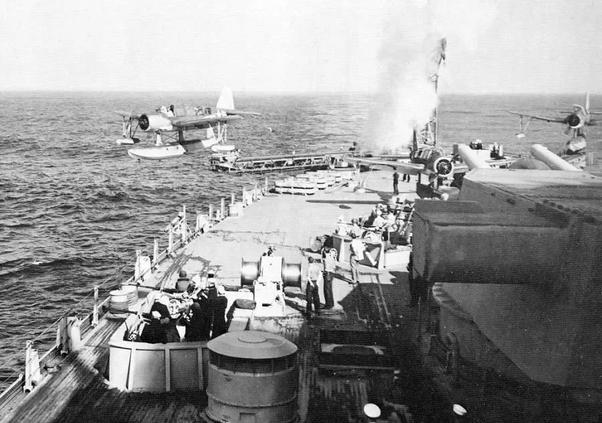 Hodroavión despegando de un acorazado de la Segunda Guerra Mundial