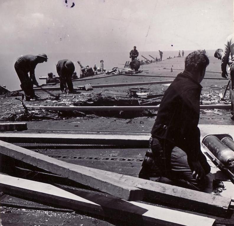 Daños en la cubierta del USS Yorktown tras el ataque japonés en Midway