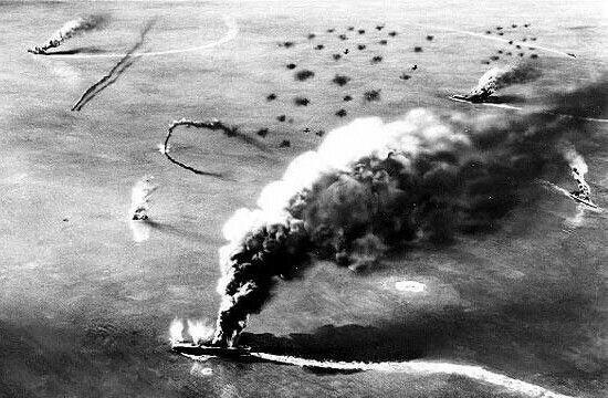 Portaaviones japoneses ardiendo en Midway tras el ataque de los bombarderos Dauntless