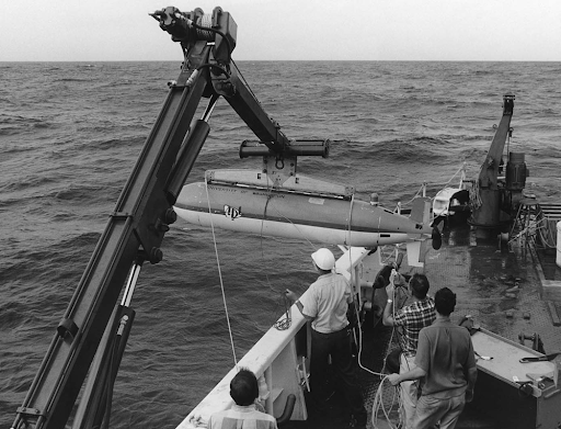 La historia de los UUV se remonta a los años cincuenta del siglo pasado con el Self-Propelled Underwater Research Vehicle