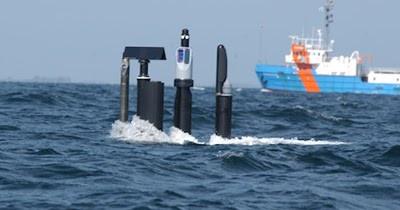 Mástiles de un submarino a cota periscópica