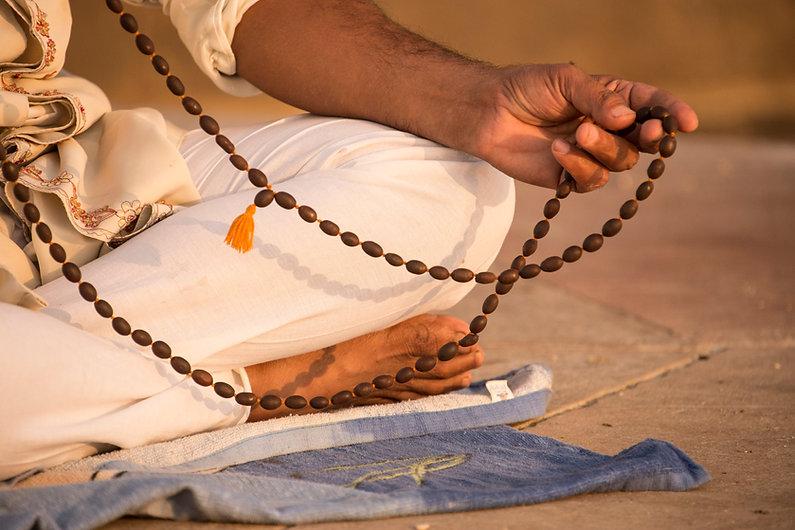 Sadhu con perline di preghiera