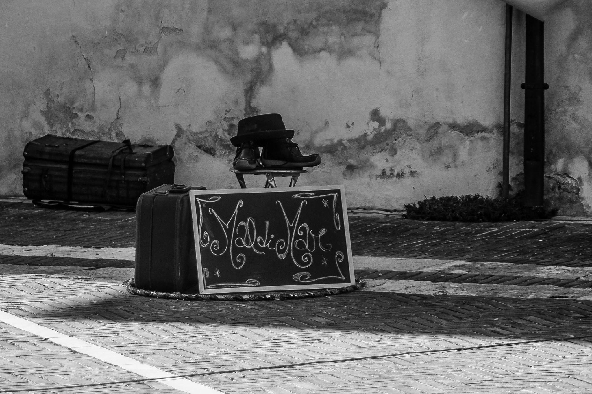 artista di strada a cappello acrobat