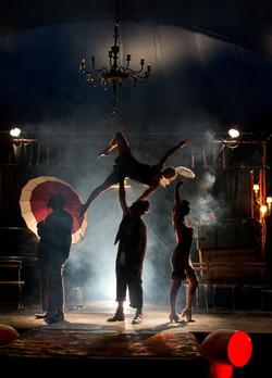 circo patuf acrobata aerea spettacol