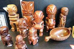 Tiki leger in de stand van Galerie Caroline...