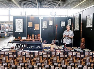Antoine au stand du Galerie Caroline, avant l'ouverture du Amsterdam Tattoo Convention, Mai 2016