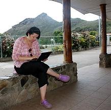 Caroline van Santen aan het werk vlakbij een wifi-spot in Hakahau - Ua Pou