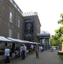 Stand Galerie Caroline (links) bij hoofdingang Museum Volkenkunde, Leiden, 23 Augustus 2015
