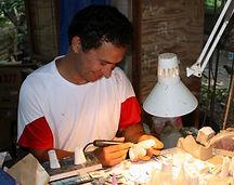 Joseph Teiki Tahiatututapu aan het werk, Hakahau - Ua Pou
