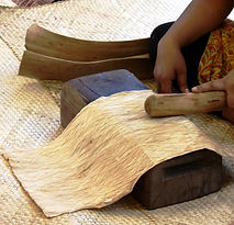 Battre du tapa pendant un atelier, Festival du Tapa, Pirae, Tahiti Novembre 2014